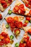 Pizza med tomater, schalottenlöken och nya örter Cherry Tomato Wood Royaltyfri Foto