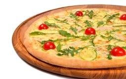 Pizza med tomatmozzarellaen och kött Arkivbild