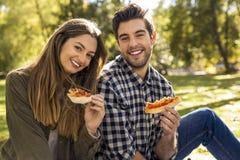 Pizza med vänner royaltyfri foto