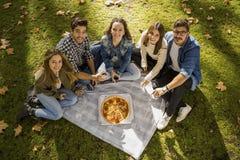 Pizza med vänner fotografering för bildbyråer