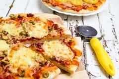 Pizza met aardappels en bacon en pizza met kaas Stock Foto's