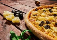 Pizza met ananassen en kip stock afbeelding
