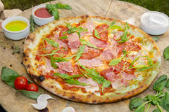 Pizza met arugula Stock Foto