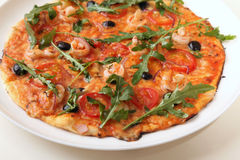 Pizza met Arugula en garnalen Royalty-vrije Stock Foto