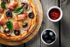 Pizza met bacon en kaas Royalty-vrije Stock Foto's