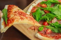 Pizza met bacon, mozarella en spinazie royalty-vrije stock afbeelding