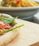 Pizza met bacon, tomaat en spinazie royalty-vrije stock afbeelding