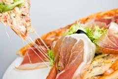 Pizza met baconolijf plus groene salade   Stock Foto's