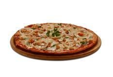 Pizza met becon, kip, ognion en mozarella op witte backg stock afbeeldingen