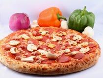 pizza met bovenste laagjes royalty-vrije stock foto's