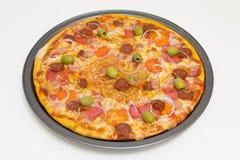Pizza met chorizo, salami, bacon, uien en olijven Royalty-vrije Stock Foto's