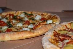Pizza met de kaas en de spinazieclose-up van feta van kersentomaten stock foto's