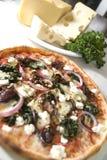 Pizza met de ui van de paddestoelkaas Stock Fotografie