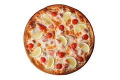Pizza met garnalen en zalm, citroen, op witte achtergrond wordt geïsoleerd, hoogste mening, kersentomaten die Stock Afbeelding