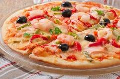 Pizza met garnalen, zalm en olijven Stock Afbeeldingen