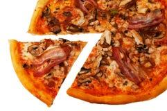 Pizza met geïsoleerd_ bacon Stock Afbeeldingen