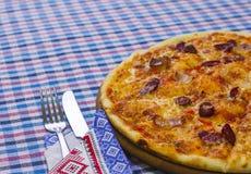 Pizza met gerookte worsten Royalty-vrije Stock Foto