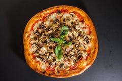 Pizza met gesneden paddestoelen en basilicum hoogste mening royalty-vrije stock fotografie