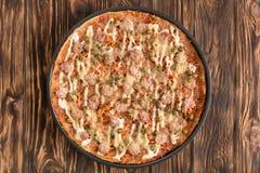 Pizza met groene erwten en mayonaise stock afbeeldingen