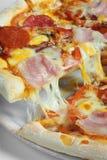 Pizza met ham Royalty-vrije Stock Foto's