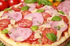 Pizza met ham stock afbeelding