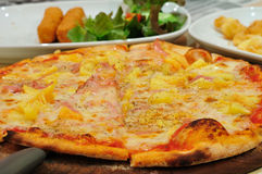 Pizza met ham. Stock Foto's