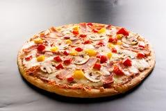 Pizza met ham Stock Fotografie