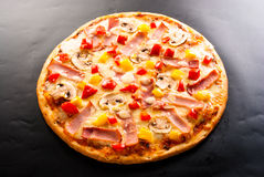 Pizza met ham Stock Afbeeldingen