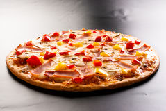 Pizza met ham Stock Foto