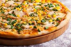 Pizza met ham en graan Stock Foto's
