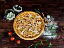 Pizza met Ham en Paddestoelen royalty-vrije stock foto