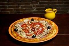 Pizza met ham, paddestoelen, pepperonis en olijven royalty-vrije stock afbeeldingen