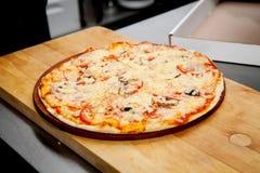 Pizza met ham, peper en olijven Stock Fotografie