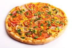 Pizza met ham, tomaten en graan Stock Foto