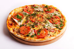 Pizza met ham, tomaten en paddestoelen Royalty-vrije Stock Foto's