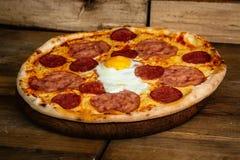 Pizza met ham, worsten en ei Royalty-vrije Stock Afbeeldingen