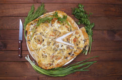 Pizza met het keukenapparaat Stock Foto