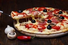 Pizza met het smelten chesse Stock Afbeeldingen