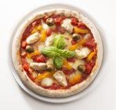 Pizza met ingrediënten Royalty-vrije Stock Afbeeldingen