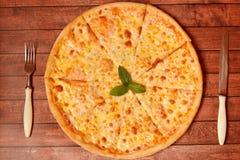 Pizza met kaas op de raad Stock Fotografie
