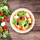 Pizza met kaas, paddestoelen en olijven, bovenkant Stock Afbeeldingen