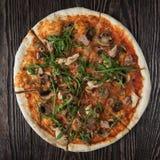 Pizza met kip en paddestoelen Stock Afbeeldingen