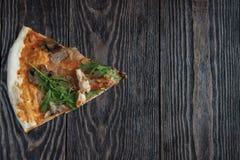 Pizza met kip en paddestoelen Royalty-vrije Stock Foto