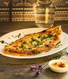 Pizza met kip, tomaat en kaas royalty-vrije stock foto's