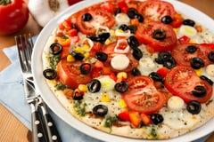 Pizza met mozarella en groenten royalty-vrije stock foto
