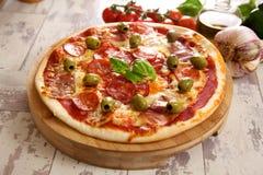 Pizza met olijven royalty-vrije stock afbeeldingen