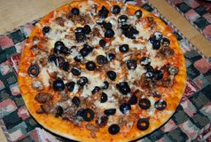 Pizza met olijven en kaas op een servet Royalty-vrije Stock Fotografie