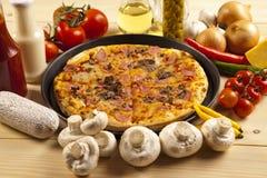 Pizza met paddestoelen Stock Afbeelding