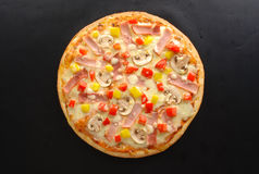 Pizza met paddestoelen en ham Stock Afbeeldingen