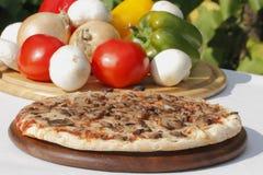 Pizza met paddestoelen en kaas Stock Foto